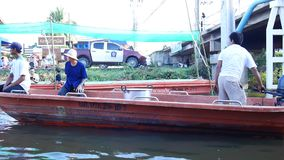 Os povos tailandeses juntam-se e preparam-se a monges postas evento das ofertas do alimento na procissão tradicional pelo barco n filme