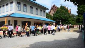 Os povos tailandeses juntam-se em velas processionais tradicionais para Lent Day budista video estoque