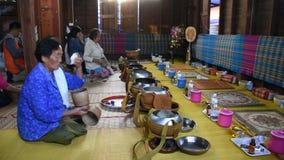 Os povos tailandeses puseram o almsgiving das ofertas do alimento com arroz pegajoso e alimento vídeos de arquivo