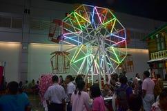 Os povos tailandeses que jogam ferris rodam dentro o carnaval do templo retro Imagens de Stock