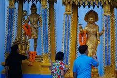 Os povos tailandeses rezam durante Songkran foto de stock