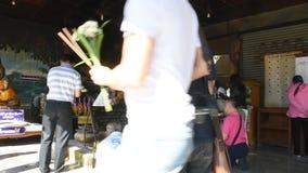 Os povos tailandeses visitam e rezam Luang Phra Sai em Wat Pho Chai em Nong Khai, Tailândia vídeos de arquivo
