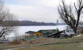 Os povos tomam o barco para fora prendido do Danube River congelado Imagem de Stock Royalty Free