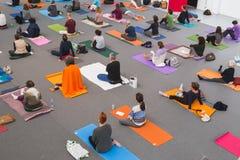 Os povos tomam uma classe no festival 2014 da ioga em Milão, Itália Imagens de Stock