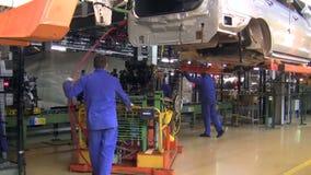 Os povos trabalham no conjunto dos carros LADA Largus no transporte da fábrica AutoVAZ filme