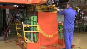 Os povos trabalham no conjunto dos carros Lada no transporte da fábrica AutoVAZ video estoque
