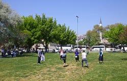 Os povos turcos novos jogam fora no parque Fotos de Stock