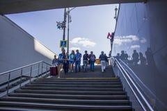 Os povos vão abaixo das escadas no metro foto de stock royalty free
