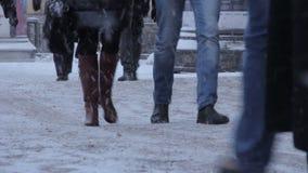Os povos vão na rua coberto de neve video estoque