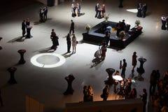 Os povos vão no salão após a cerimônia da recompensa Fotografia de Stock
