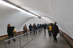 Os povos vão pela passagem subterrânea ao metro em horas de ponta imagens de stock royalty free