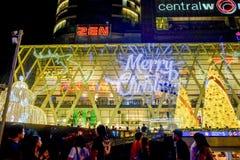 Os povos vêm iluminam acima junto o evento, para comemorar o dia de Natal e o ano novo feliz 2017 Foto de Stock
