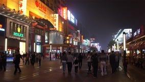 Os povos vagueiam a rua de Wangfujing na noite vídeos de arquivo