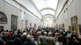 Os povos veem as pinturas da galeria no museu do Louvre, Paris, filme