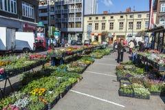 Os povos vendem seus bens no mercado em Krakow foto de stock