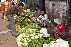 Os povos vendem vegetais na feira de Chawri em Deli, Índia Foto de Stock