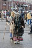Os povos vestidos em trajes do vintage e em máscaras assustadores no ` nacional do festival do russo Shrove o ` no quadrado da re Fotos de Stock