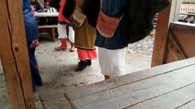 Os povos vestiram-se nos trajes nacionais eslavos que dançam no ponto, festival cultural vídeos de arquivo