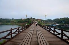 Os povos viajam e andam na ponte de madeira de Saphan segunda-feira no si da manhã Imagem de Stock