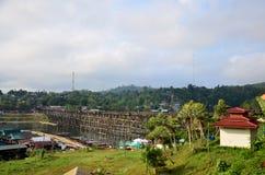 Os povos viajam e andam na ponte de madeira de Saphan segunda-feira no si da manhã Foto de Stock