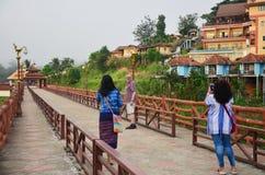 Os povos viajam e retrato na ponte de madeira de Saphan segunda-feira no mornin Imagens de Stock Royalty Free