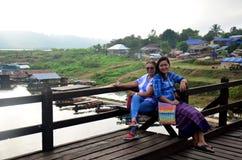 Os povos viajam e retrato na ponte de madeira de Saphan segunda-feira no mornin Fotografia de Stock Royalty Free
