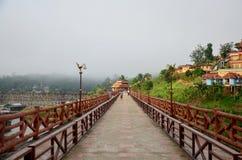 Os povos viajam e waiking na ponte de madeira de Saphan segunda-feira na manhã Imagens de Stock Royalty Free