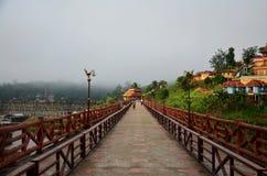 Os povos viajam e waiking na ponte de madeira de Saphan segunda-feira na manhã Imagem de Stock Royalty Free
