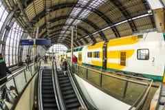 Os povos viajam na estação de metro de Alexanderplatz em Berlim Fotos de Stock