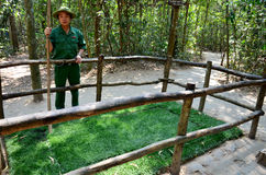 Os povos vietnamianos dos guias mostram a armadilha de mina de A com pontos de bambu Foto de Stock