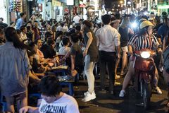 """Os povos vietnamianos novos partying na rua do ¹ de BÃ me ‡ n de Viá o"""" em Ho Chi Minh City, Vietname fotografia de stock royalty free"""