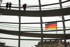 Os povos visitam a abóbada moderna no telhado do Reichstag Fotos de Stock