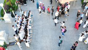 Os povos visitam e jantam no parque e no restaurante do ville do chocolate em Banguecoque, Tailândia O decoratio do parque e do r