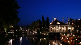 Os povos visitam e jantam no parque e no restaurante do ville do chocolate em Banguecoque, Tailândia O decoratio do parque e do r filme
