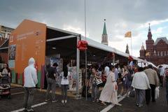 Os povos visitam a feira de livro do quadrado vermelho em Moscou foto de stock