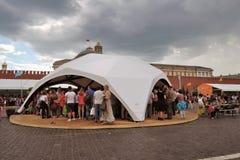 Os povos visitam a feira de livro do quadrado vermelho em Moscou fotografia de stock