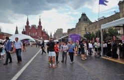 Os povos visitam a feira de livro do quadrado vermelho em Moscou imagem de stock royalty free