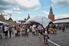 Os povos visitam a feira de livro do quadrado vermelho em Moscou fotografia de stock royalty free