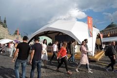 Os povos visitam a feira de livro do quadrado vermelho em Moscou imagens de stock