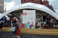 Os povos visitam a feira de livro do quadrado vermelho em Moscou imagem de stock