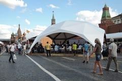 Os povos visitam a feira de livro do quadrado vermelho em Moscou imagens de stock royalty free