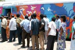 Os povos visitam a fita vermelha expressam para ver as exibições da campanha de sensibilização indiana das estradas de ferro AIDS Imagens de Stock