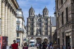 Os povos visitam a igreja do Saint-Michel em Dijon Imagens de Stock