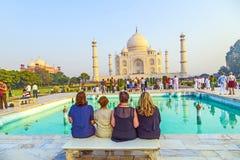 Os povos visitam Taj Mahal famoso Foto de Stock