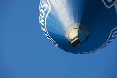 Os povos voam com o balão de ar quente em Vilnius, Lituânia Imagem de Stock Royalty Free