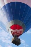 Os povos voam com o balão de ar quente em Vilnius, Lituânia Fotografia de Stock Royalty Free
