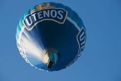 Os povos voam com o balão de ar quente em Vilnius, Lituânia Foto de Stock