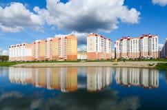 Os prédios de apartamentos na área de recreação com a cascata dos lagos, vão Imagem de Stock