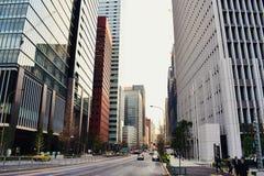 Os prédios de escritórios modernos no centro do Tóquio de Japão financiam a área de negócio imagem de stock royalty free