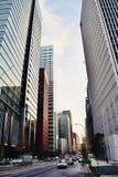 Os prédios de escritórios modernos no centro do Tóquio de Japão financiam a área de negócio fotos de stock royalty free